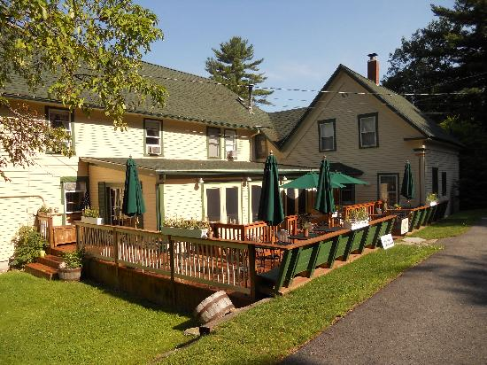 Squam Lake Inn: Restaurant and outside dining area