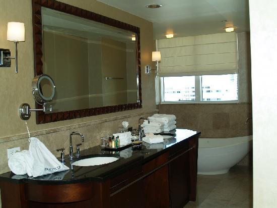 Palm Beach Marriott Singer Island Beach Resort & Spa: Master Bathroom
