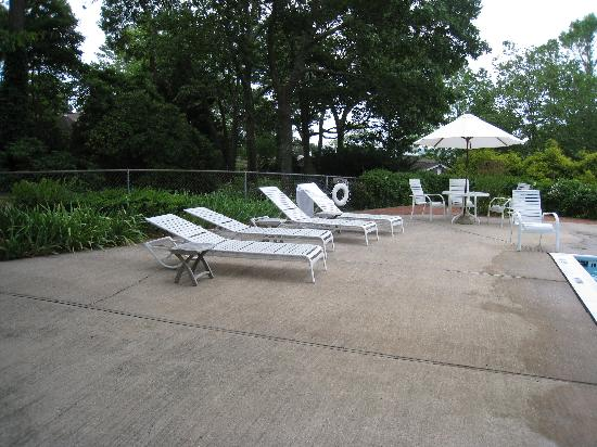 Hampton Maid: Plenty of lounges and chairs