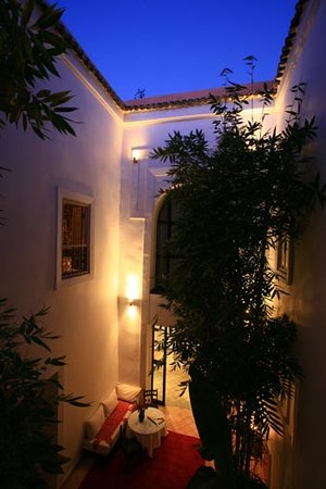 Le Nid: Courtyard by night