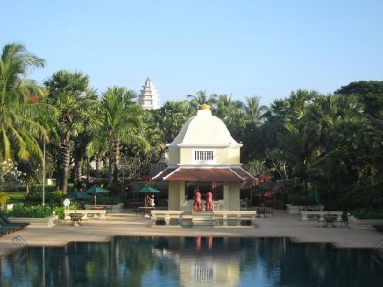Raffles Grand Hotel d'Angkor : The pool in the early morning