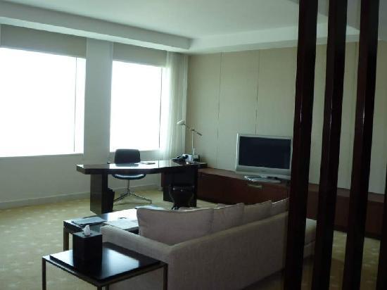 InterContinental Dubai Festival City: Junior suite lounge 2