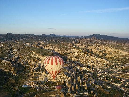 Esbelli Evi Cave Hotel: la valle di Urgup dalla mongolfiera