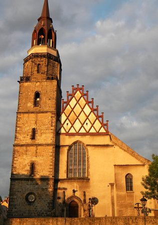 Bolesławiec, Polska: the thousand year old church right in the center of the city