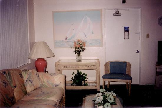 Sandalwood Beach Resort: Living room