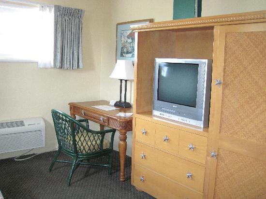 Seaway Inn: Sitting Area TV U0026 Mini Kitchen Armoire
