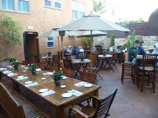 Half Moon Bay Inn: It's Italia outdoor courtyard