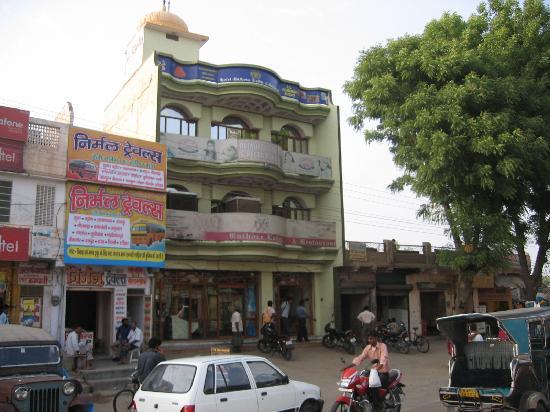 Rathore Lodge: The hotel from outside.  The restaurant is on the G.F and the rooms are on the upper floors.