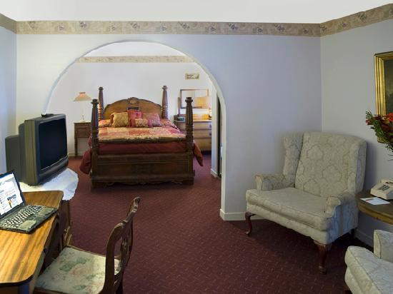 Historic Cary House Hotel: Deluxe queen suite with living room and kitchenette