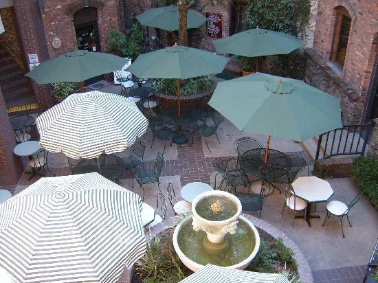 Historic Cary House Hotel: Courtyard for weddings, banquets, meetings