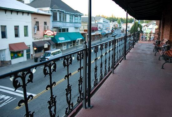 Historic Cary House Hotel: View of Historic Main St. from our balcony