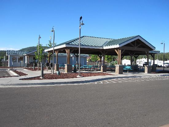 Grand Canyon Railway RV Park: Main picnic area in center of park