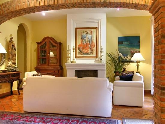 Casa Calderoni Bed and Breakfast: Unwind or enjoy visitors in the common living area.