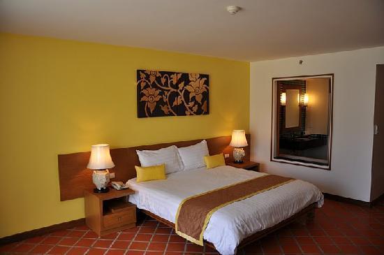 Naithonburi Beach Resort: Room