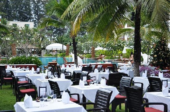 Naithonburi Beach Resort: Table arrangement for the Christmas Eve buffet