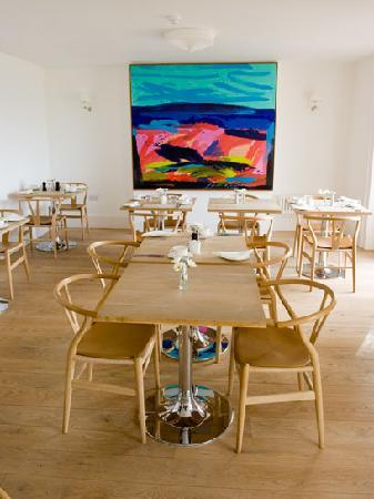 Hillside Hotel: Dining Room with modern art
