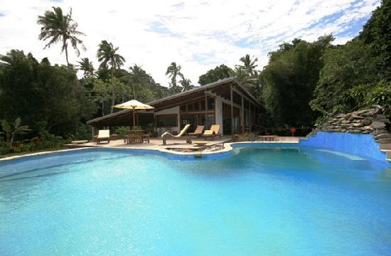 Matanivusi Surf Resort: Great Pool and amazing plank bridges to the resort
