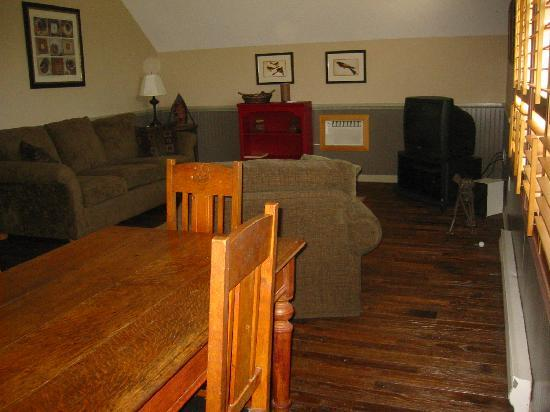 Leaning Tree Bed & Breakfast: Private living area with vaulted ceilings and hardwod floors