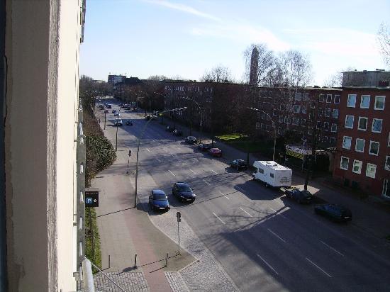 NH Hamburg Horner Rennbahn: Blick vom Zimmer zur Strassenseite