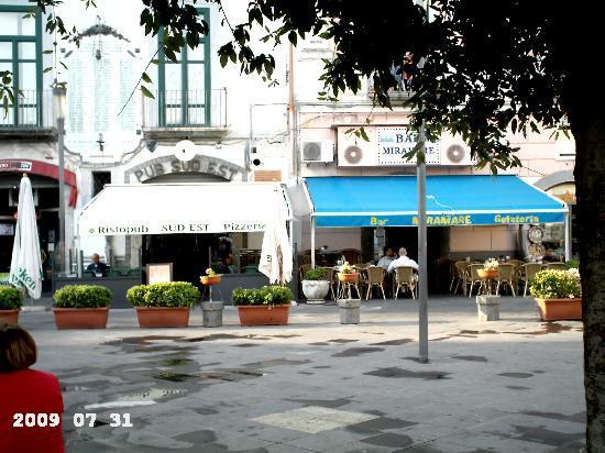 Vietri sul Mare, Italia: Vietri, piazzetta con Belvedere