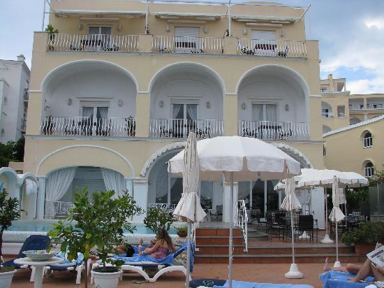 Hotel Flora: Albergo lato piscina