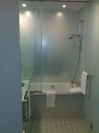 INNSIDE by Melia Munich Parkstadt Schwabing: The bathroom (no doors)
