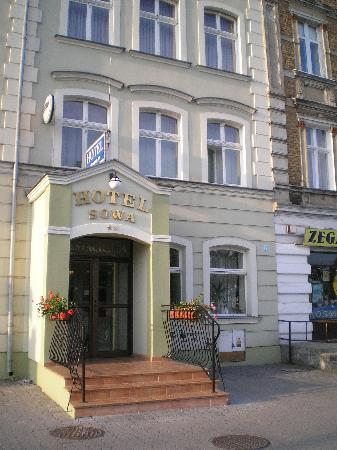 Elblag, Polônia: Eingang des Hotels Sowa