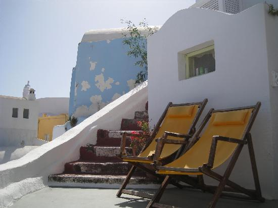 Old Oia Houses: Deck chairs on balcony :)