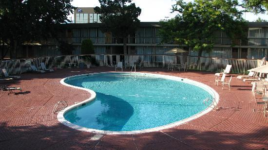 Super 8 Meadow Wood Courtyard: Pool