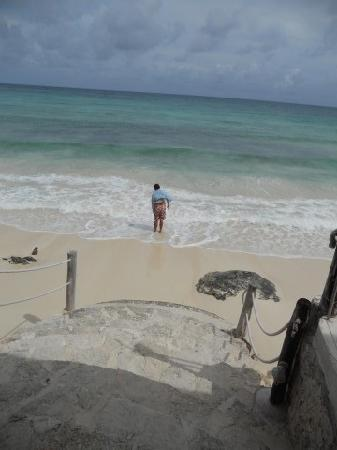 Playa Bonita: Just  a few steps from our table to the beach!