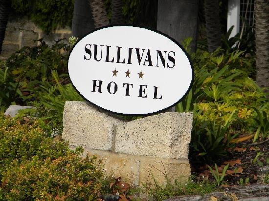 Sullivans Hotel: Sign in front of hotel