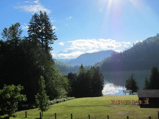 Mineral Lake Lodge: Lake and Mountain view from the porch of the B and B