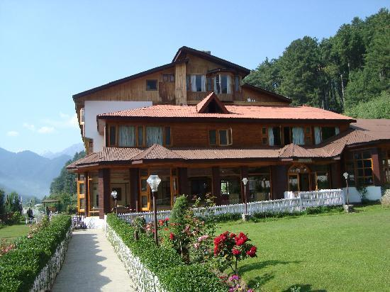 Hotel Heevan Pahalgam: Hotel view with garden