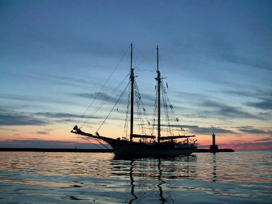Tall Ship Manitou - Day Tours: Sunset at Anchor