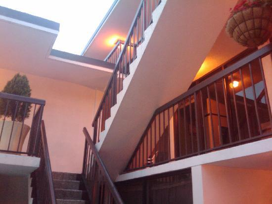Alamar Resort Inn: Stairs to upper rooms