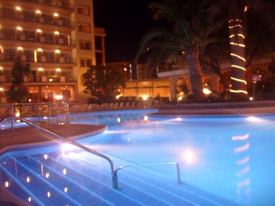 Luna Park Hotel: pool area in evening