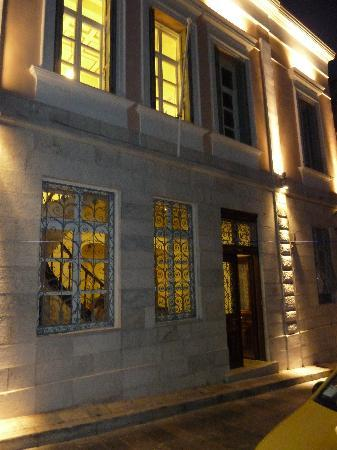 Apollonion Palace: Front of hotel in the evening
