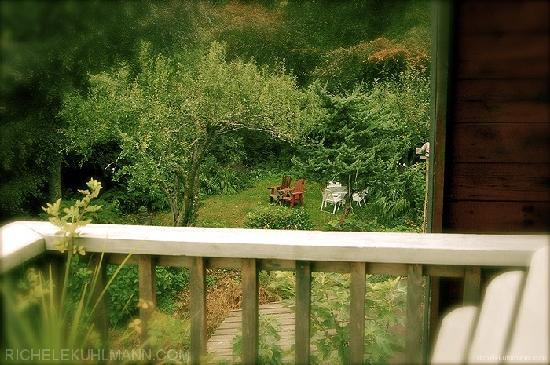 Vashon, วอชิงตัน: The view from the loft balcony down onto a quiet corner of the garden...