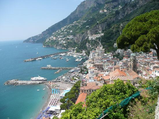 Amalfi, Italia: アマルフィの高台からの絶景、アマルフィへはサレルノから船で!