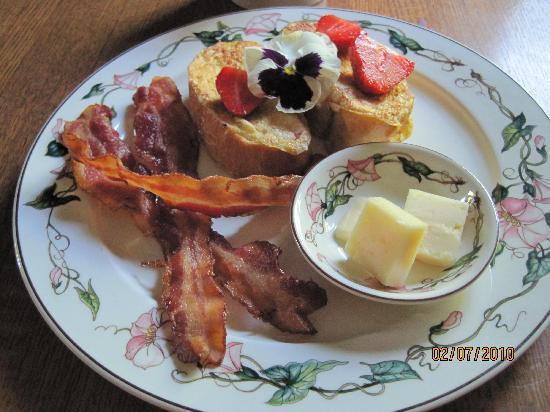 Hilltop Inn: One of Mari's breakfasts