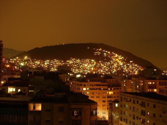 Atlantis Copacabana: Nächtlicher Blick vom Hoteldach (Pool-Area) auf eine Favela