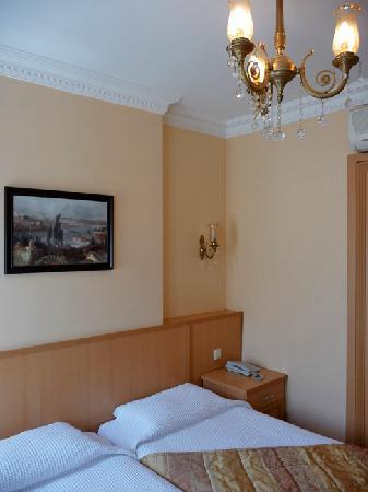 Kupeli Hotel: Hotel Kupeli room chandelier