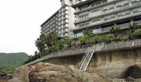 Daikoku Resort Hotel: 海岸から。 遊歩道があって散歩できます