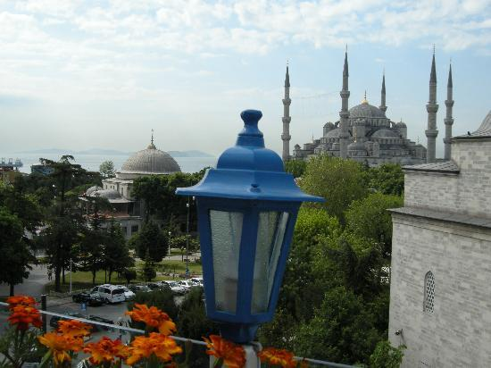 Sultanahmet Hotel: lovely view from the rooftop - May is a perfect time of year!