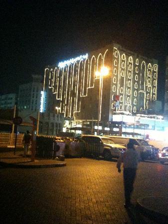 Arabian Courtyard Hotel & Spa: Hotel at night