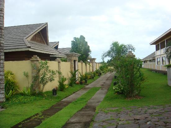Pili, Philippinen: walkway to the villas