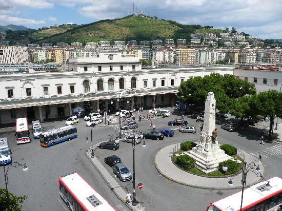 Plaza Hotel: 泊まったホテルからサレルノ駅前ロータリーを望む