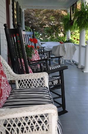 16 Beach Street Bed and Breakfast: Welcoming front porch