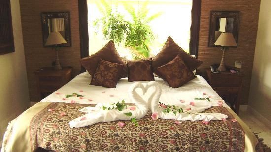 Royal Garden Villas: our bed in villa rosa on arrival