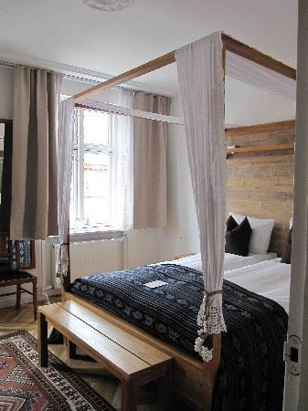 Axel Guldsmeden - Guldsmeden Hotels: poster bed